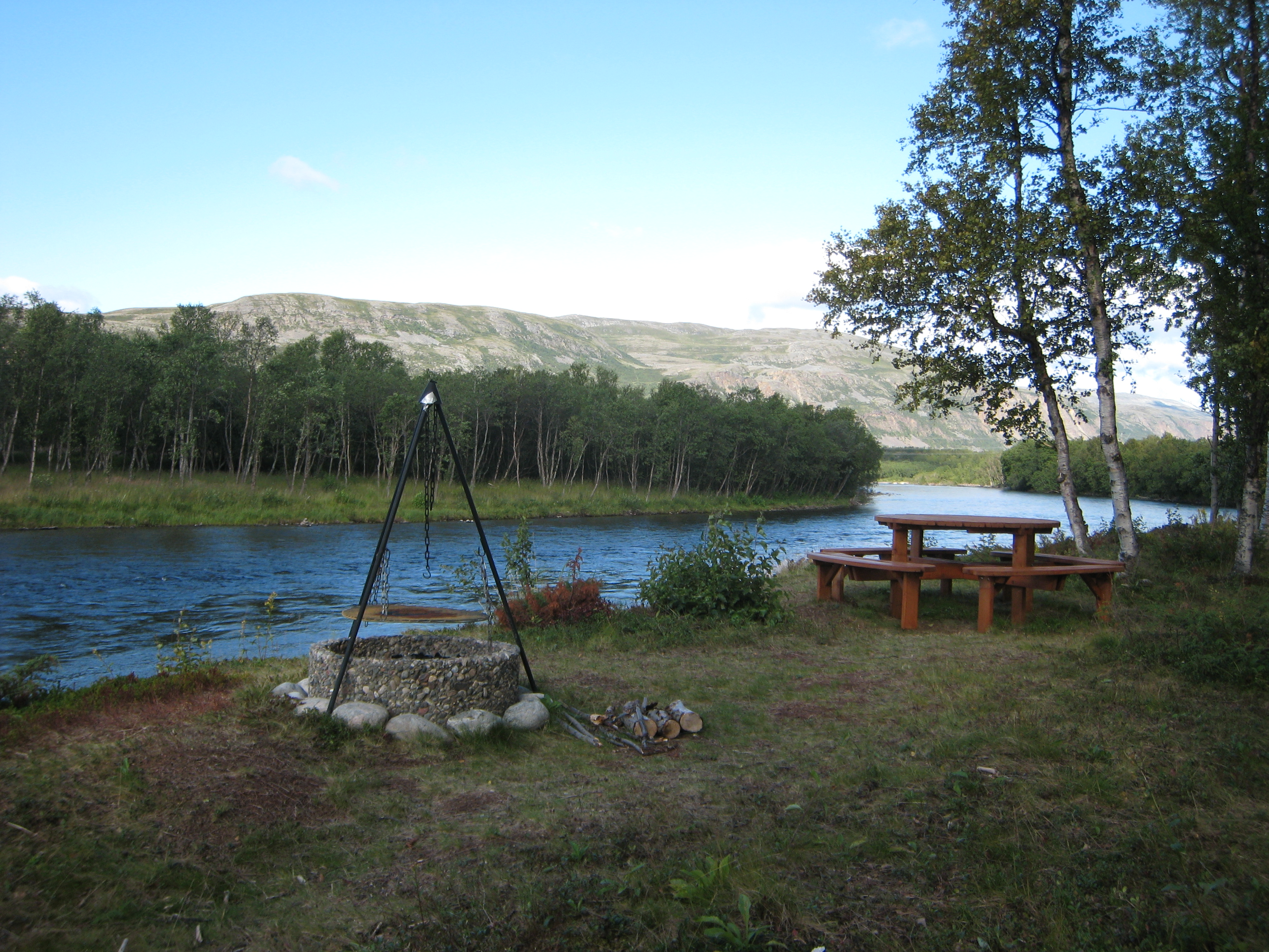 Here you can sit right on the bank of Stuenes kulpen. This spot holds huge salmon all season